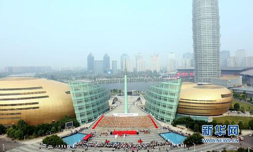 9月17日,从高处拍摄的中国豫剧(唐派)吉尼斯世界纪录认证现场。